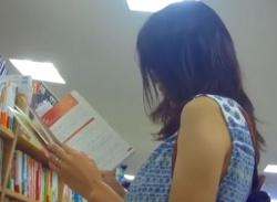 本屋で立ち読み中の美人人妻をパンチラ盗撮★オレンジのパンティ隠し撮りの画像