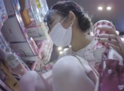 マスク姿の可愛いお姉さんパンラ盗撮★お尻にくい込むTバック隠し撮りの画像