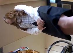 パチンコ店で働くギャル店員お姉さんをパンチラ盗撮☆パンティ隠し撮りの画像