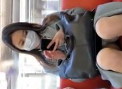 対面座りパンチラ盗撮動画★電車でマスク姿の美人OLのパンティ隠し撮りの画像