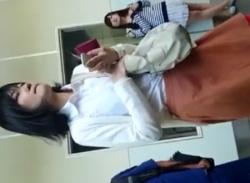 駅のエスカレーターで素人OLをスカートめくりしてパンティ隠し撮り盗撮の画像
