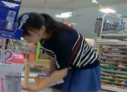 お買い物中のおさなげJC少女をパンチラ盗撮★しましまパンティ逆さ撮り!の画像