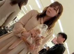 スーパーで美しい人妻歩きパンチラ盗撮★パンスト履きパンティ隠し撮りの画像