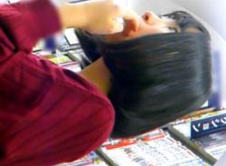本屋で幼げ素人JK少女をパンチラ盗撮★地味なパンティ逆さ撮りした動画の画像