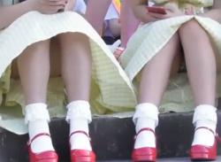 【野外盗撮】公園で少女たち座りパンチラ盗撮~M字開脚パンティ隠し撮りの画像