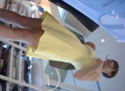 ワンピース姿の可愛いお姉さんパンチラ盗撮★Tバックのパンティ逆さ撮りの画像