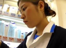 制服姿の店員お姉さんをパンチラ盗撮♪パンスト越しにパンティ逆さ撮りの画像