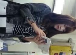 素人JD女子エスカレーターでスカートめくりパンチラ盗撮♪パンティ隠し撮りの画像