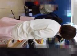 コンビニでナース服の看護婦パンチラ盗撮♪パンストとパンティ逆さ撮りの画像