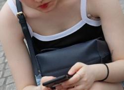 タンクトップのお姉さん胸チラ盗撮!浮きブラの隙間から乳首を隠し撮りの画像
