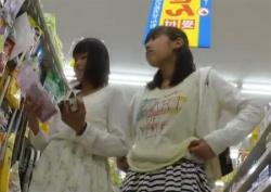 お店で仲良しJC少女たちをまとめてパンチラ盗撮!純白パンティ逆さ撮りの画像
