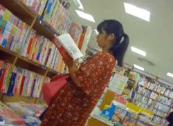 本屋で幼げ私服JK女子をパンチラ盗撮!しましまロリパンティ逆さ撮り♪の画像