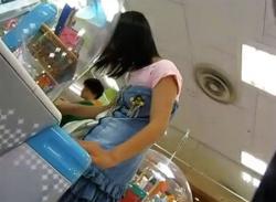 ゲームセンターで幼げJC少女をパンチラ盗撮★純白パンティを逆さ撮り♪の画像