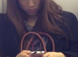 電車でお姉さんを対面座りパンチラ盗撮!パックリお股とパンティ隠し撮りの画像