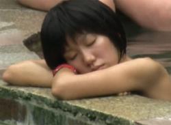 【女湯のぞき】露天風呂で裸の人妻の美乳おっぱいとエロい乳首を盗撮の画像