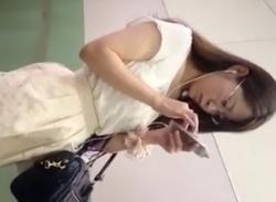 メガネ姿のお姉さんOLをエスカレーターでスカートめくりパンチラ盗撮の画像