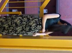 階段で美人お姉さんがパンチラ露出プレイ♪ベージュのパンティに興奮の画像