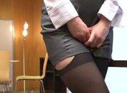ミニスカOLが股間を事務所の机でオナニー★パンストもパンティも鑑賞♪の画像