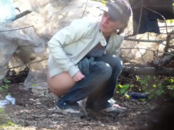 林の中で野ションしている外国人のお姉さんを隠し撮り♪の画像