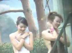 【盗撮】露天風呂でタオルで隠しながら歩く子たち!前だけ隠して可愛いお尻丸出しの画像