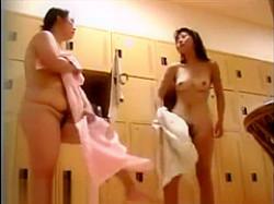 風呂脱衣所盗撮!全裸で仁王立ち美乳女性の隣にぶよぶよお腹おデブちゃんの画像