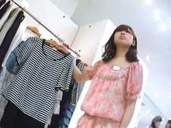 美少女店員パンチラ盗撮!商品を見せながら食い込みパンツを見られちゃうの画像