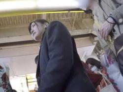 制服娘パンチラ盗撮!電車内から街中まで追いかけ純白パンティー逆さ撮りの画像