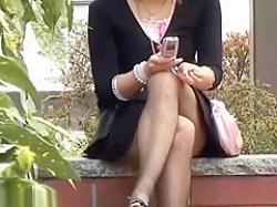 座りパンチラ盗撮!足を組み替えお股が緩むとピンクパンティー丸見えの美女の画像