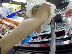 店内パンチラ盗撮!後ろから前から逆さ撮りされる生足ミニスカギャルたちの画像