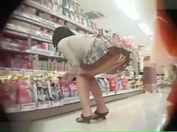 店内パンチラ盗撮!穴が開いてるみたいなヒラヒラパンツのミニスカギャルの画像
