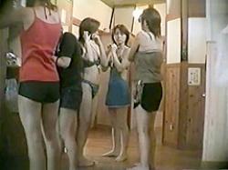風呂脱衣所盗撮!友達にも見られなようにおっぱいをタオルで隠す美少女たちの画像