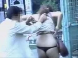 後ろから大きくスカートめくり!スリム美女なのにむちむちお尻の黒Tバックの画像