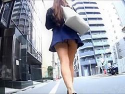 歩きながらパンチラ盗撮!ノーパンに見える食い込みTバックのミニスカ美女の画像
