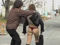立ち止まる美女をスカートめくり!真っ赤なTバックのむちむちお尻丸出しの画像
