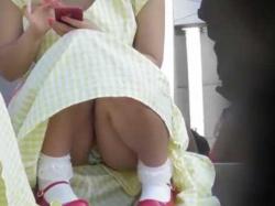 階段座りパンチラ盗撮!下からみんなに見られてる柄パンティーのむちむち娘の画像