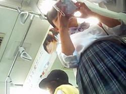 電車内パンチラ盗撮!スマホに夢中で後ろから前から逆さ撮りされる制服娘の画像