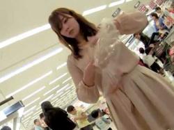 店内パンチラ盗撮!買い物中に何度も逆さ撮りされる花柄パンティーの美女の画像
