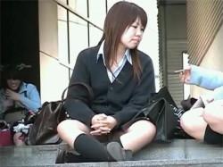 【パンチラ・逆さ取り隠撮動画】階段で胡坐をかいて座っていた素人女子校生の臭そうな白パンツをゲットwの画像