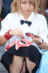 【シャッターマン】パンツが見えてる化粧中のお姉さんの画像