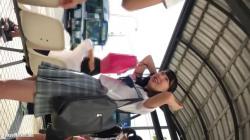【撮影者不明】バス停で純白パンティーを逆さ撮りされちゃう太もものハリがエロい清楚系なJKの画像
