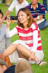 【撮影者不明】若妻さんが酔った拍子にブルーパンティ見せまくりの画像