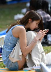 【撮影者不明】お花見お姉さんの座りパンチラの画像