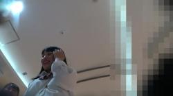 【撮影者不明】信号待ちで純白Pを逆さ撮りされちゃう太ももの質感がエロいJKの画像