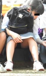 【撮影者不明】プニッとした股間の具合がエロいJCの座りパンチラの画像