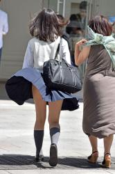 【撮影者不明】街中で突然の風でめくれ上がるスカート!高画質パンチラの画像