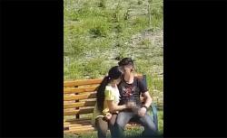 【海外カップル盗撮動画】真昼間の公園で彼死に手コキする彼女の画像