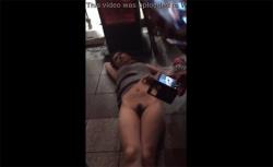 【大阪】酔っ払って繁華街の路上で下半身丸出ししてた若い女の子、DQNに撮られてネットに流されるの画像
