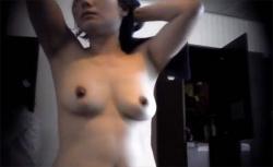 【スパ脱衣所動画】恐らくは人妻と思われる女性、適度な大きさと黒めの乳首に生々しさを感じる動画の画像