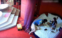 【ラブホテル盗撮動画】「今日は彼女の誕生日だから」ベッドの上でケーキを食ってセックスするカップルの画像