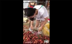 【街撮り盗撮動画】果物売ってたお姉さん、ノーブラで乳首がモロに見えてしまうの画像